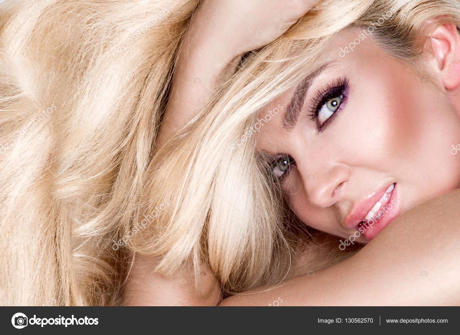 Sexy blond nahá žena svlékání se nahoře bez.