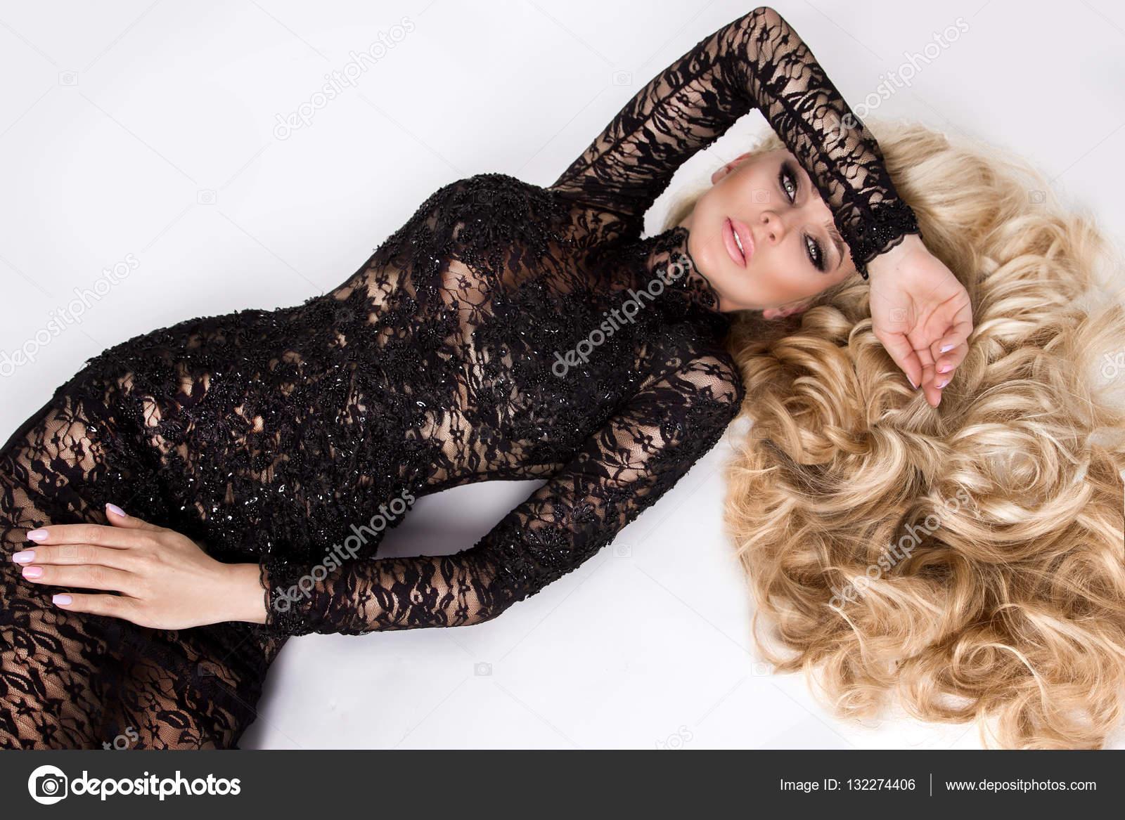 Ritratto di bella giovane donna sexy modello con volume di lunghi capelli  biondi c64cf58d87f