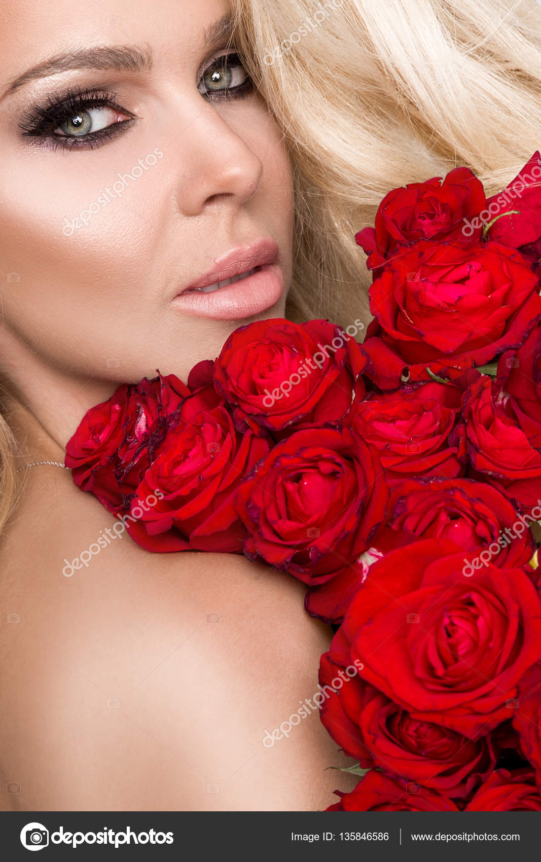 32b006295c5d Πορτρέτο του όμορφη ξανθιά γυναίκα και φαίνεται καταπληκτικό και μακριά  μαλλιά