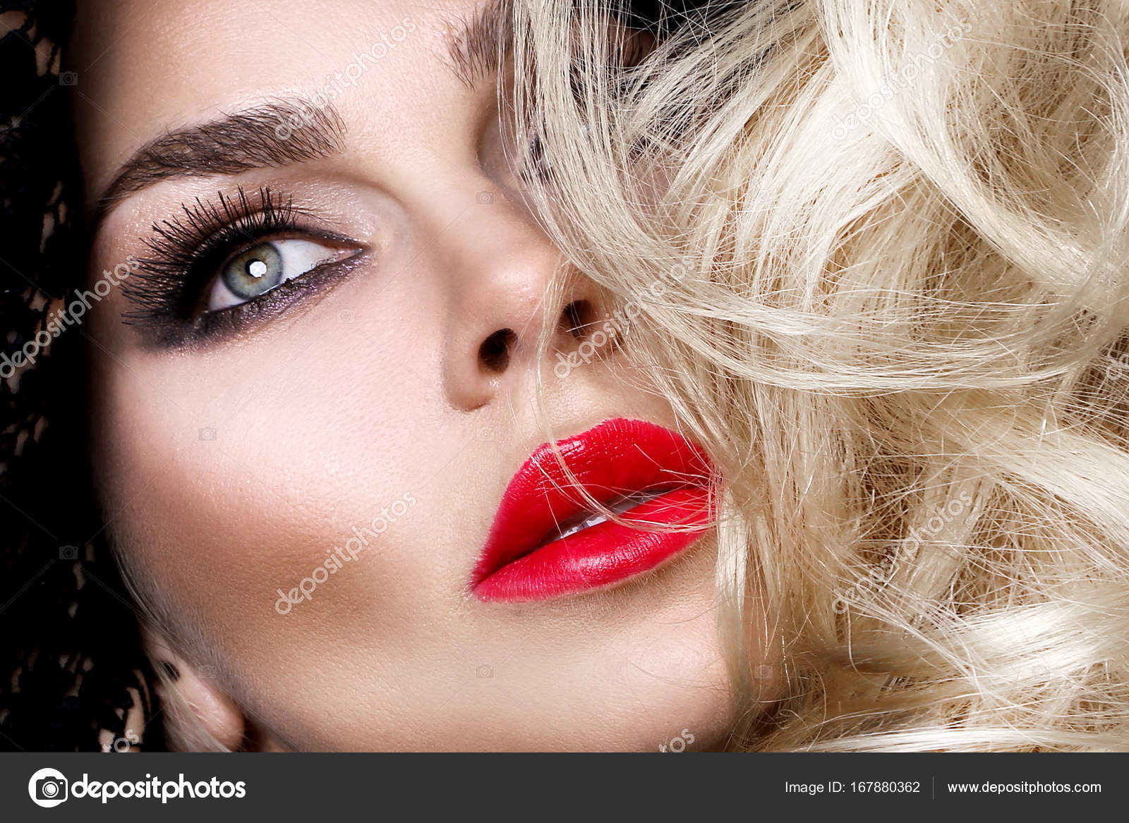 Красивые сексуальные блондинки с зелеными глазами