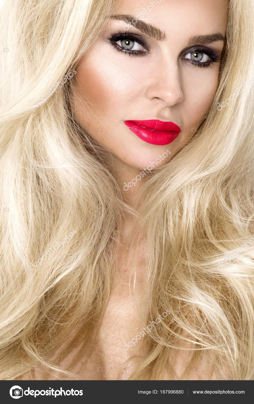 Ritratto della bellissima modella sexy femmina con incredibile lunghi e  folti capelli biondi e un viso perfetto e labbra rosse– immagine stock 18fef5bb28a