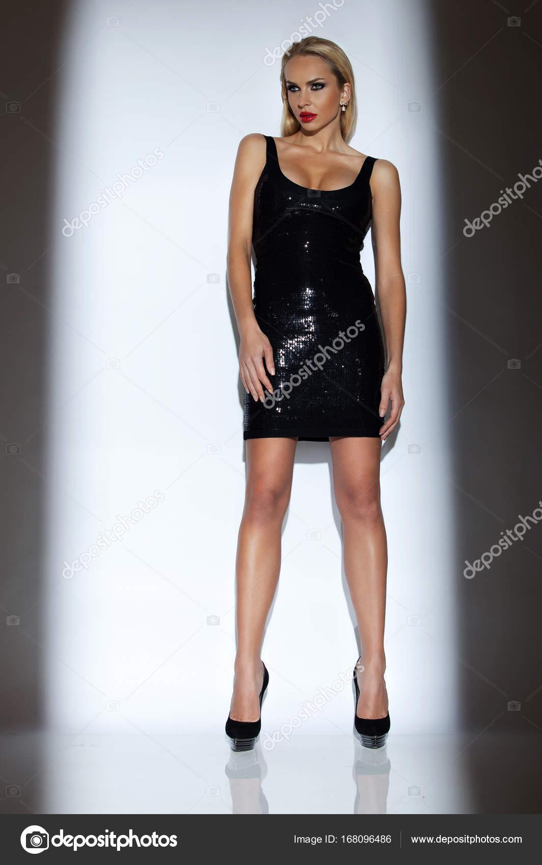 Schön, sexy blonde Frau im eleganten Kleid auf einem weißen ...