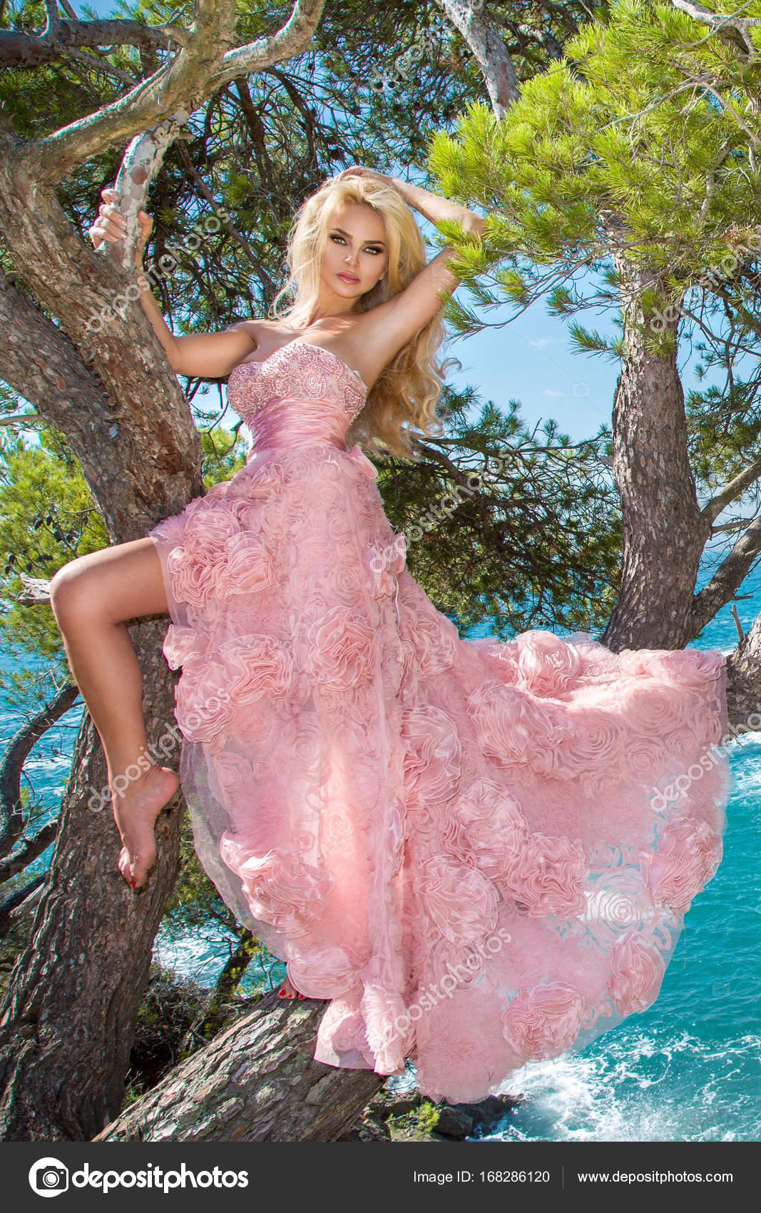 hermosa rubia sexy bien proporcionada femenino modelo en un salón de ...