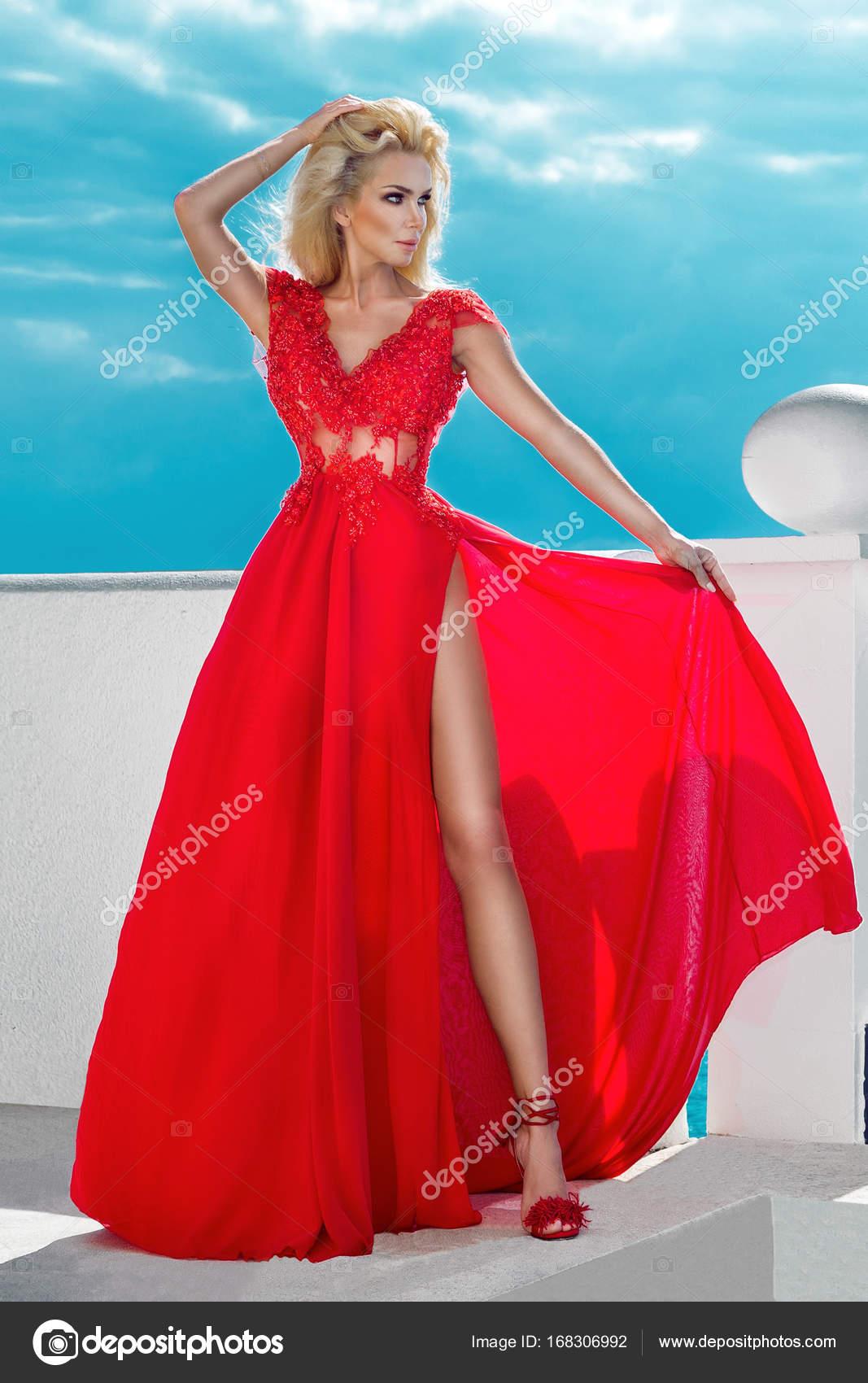 ce82e17cf7 Szexi modell rajta, egy hosszú, piros, estélyi ruha, állandó, a medence és  a luxus szálloda, és a háttérben van egy csodálatos, Nézd — Fotó szerzőtől  ...