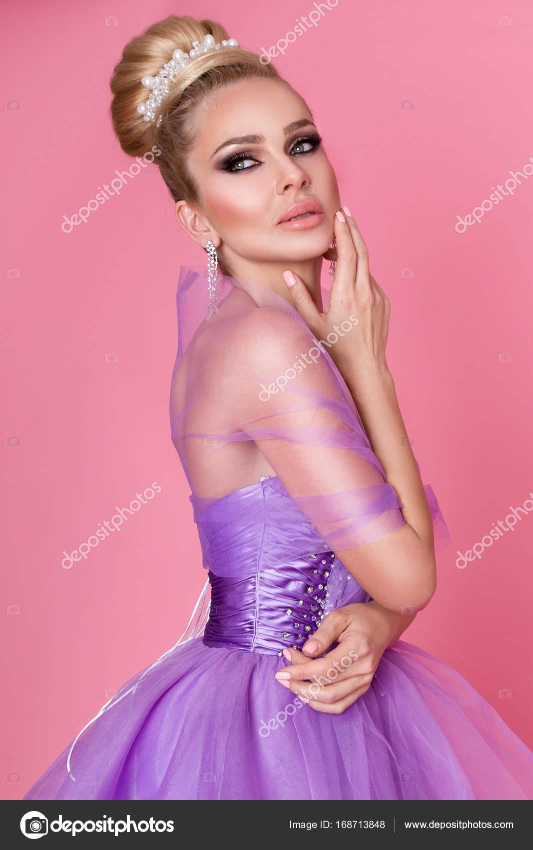 Retrato de una mujer joven hermosa, princesa, bailarina elegante ...