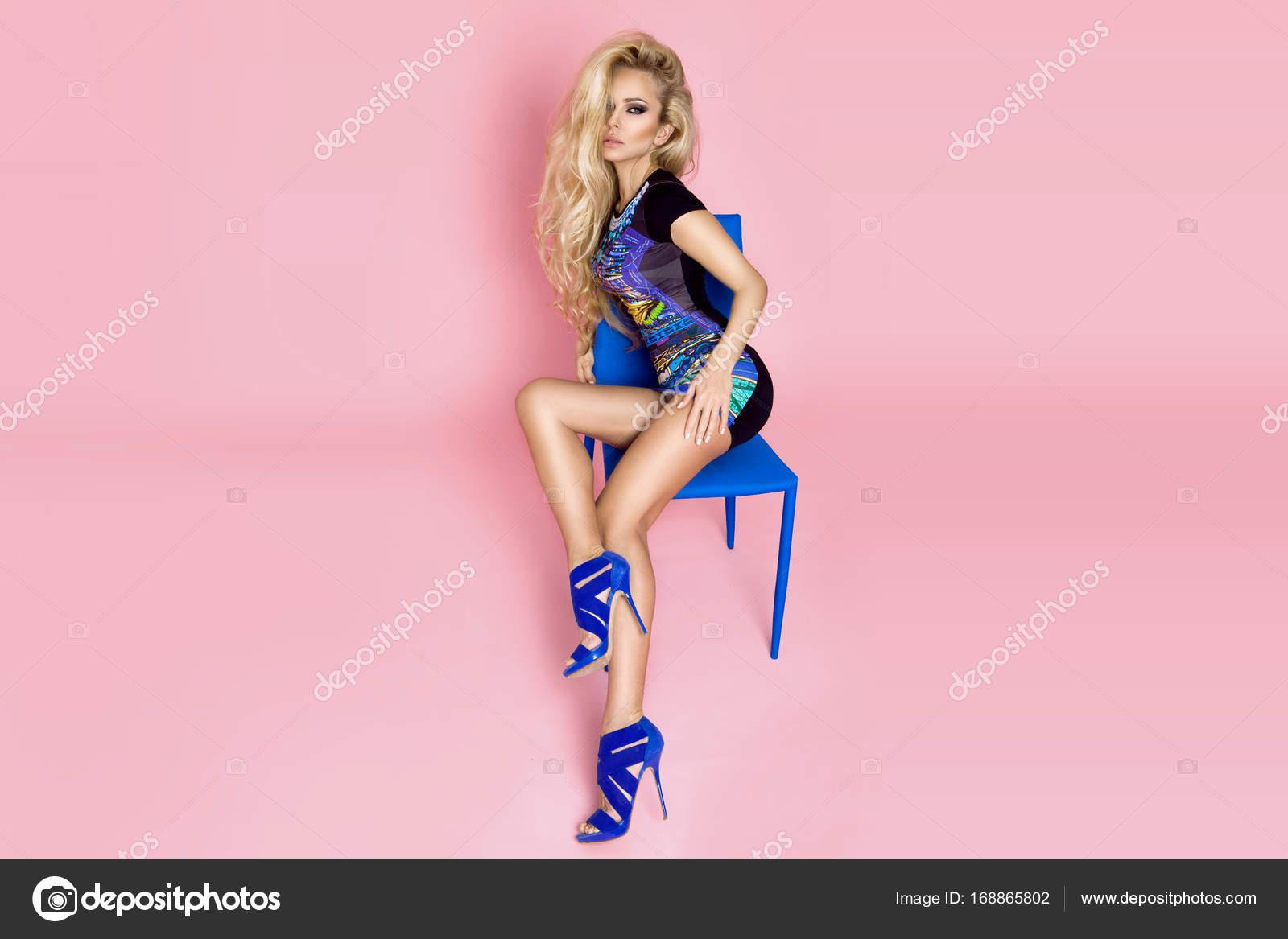 Impresionante modelo mujer hermosa vestida de primavera y verano ...