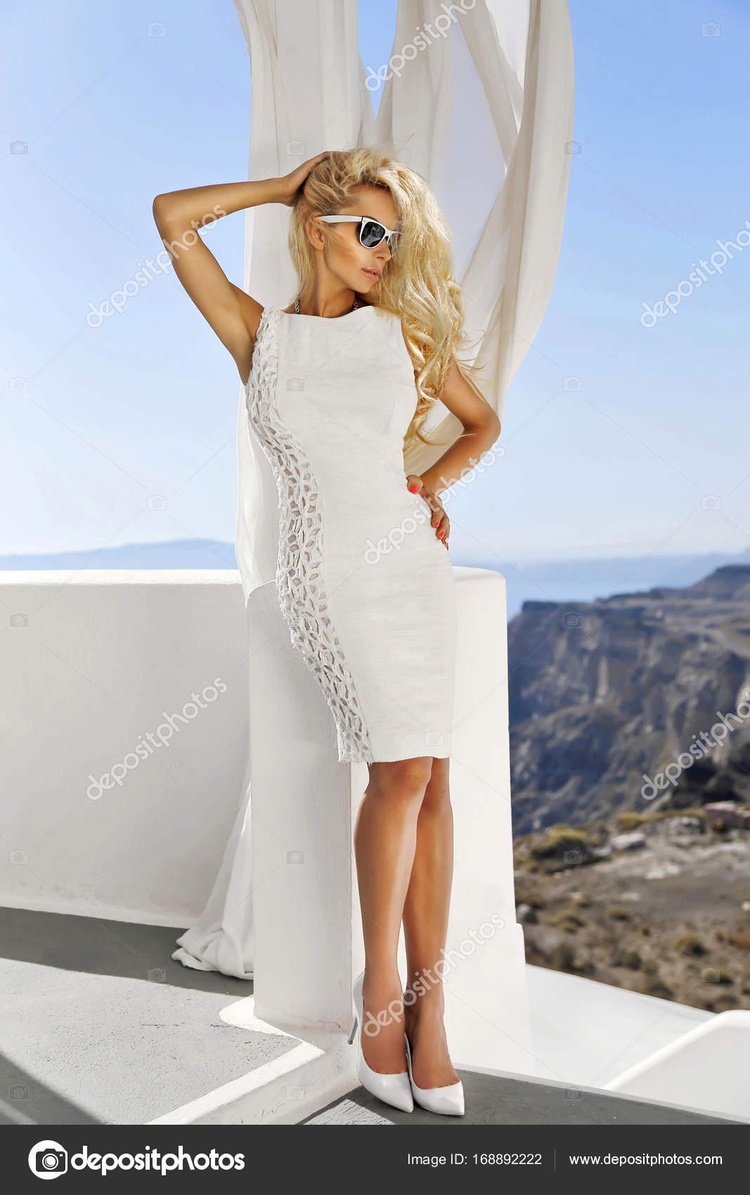 Schönes weibliche blonde Modell mit einem perfekten Körper und ...