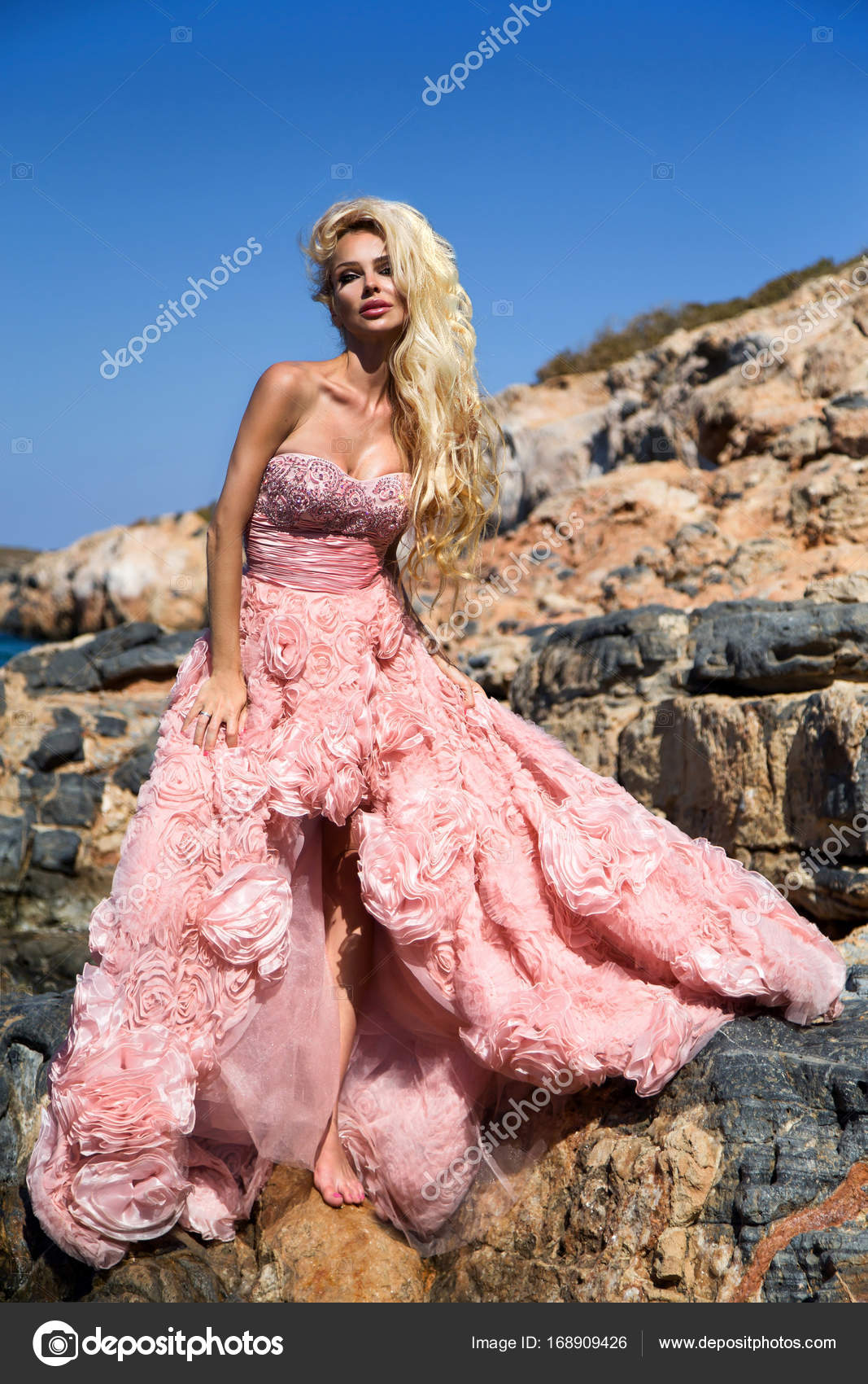 Rubia modelo mujer hermosa novia en vestido de novia increíble ...