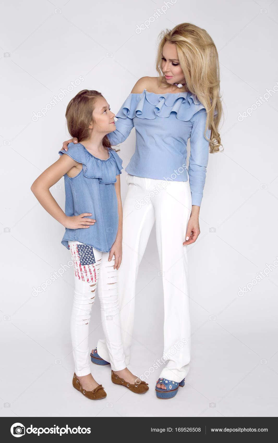 Atemberaubende Schönheit eine junge Mutter mit einer süßen blonden ...