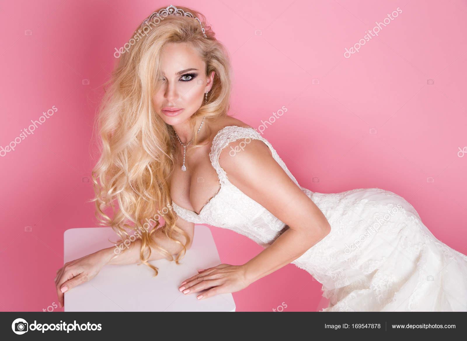 Hermosa rubia modelo femenino, madre con hija rubia en vestidos ...