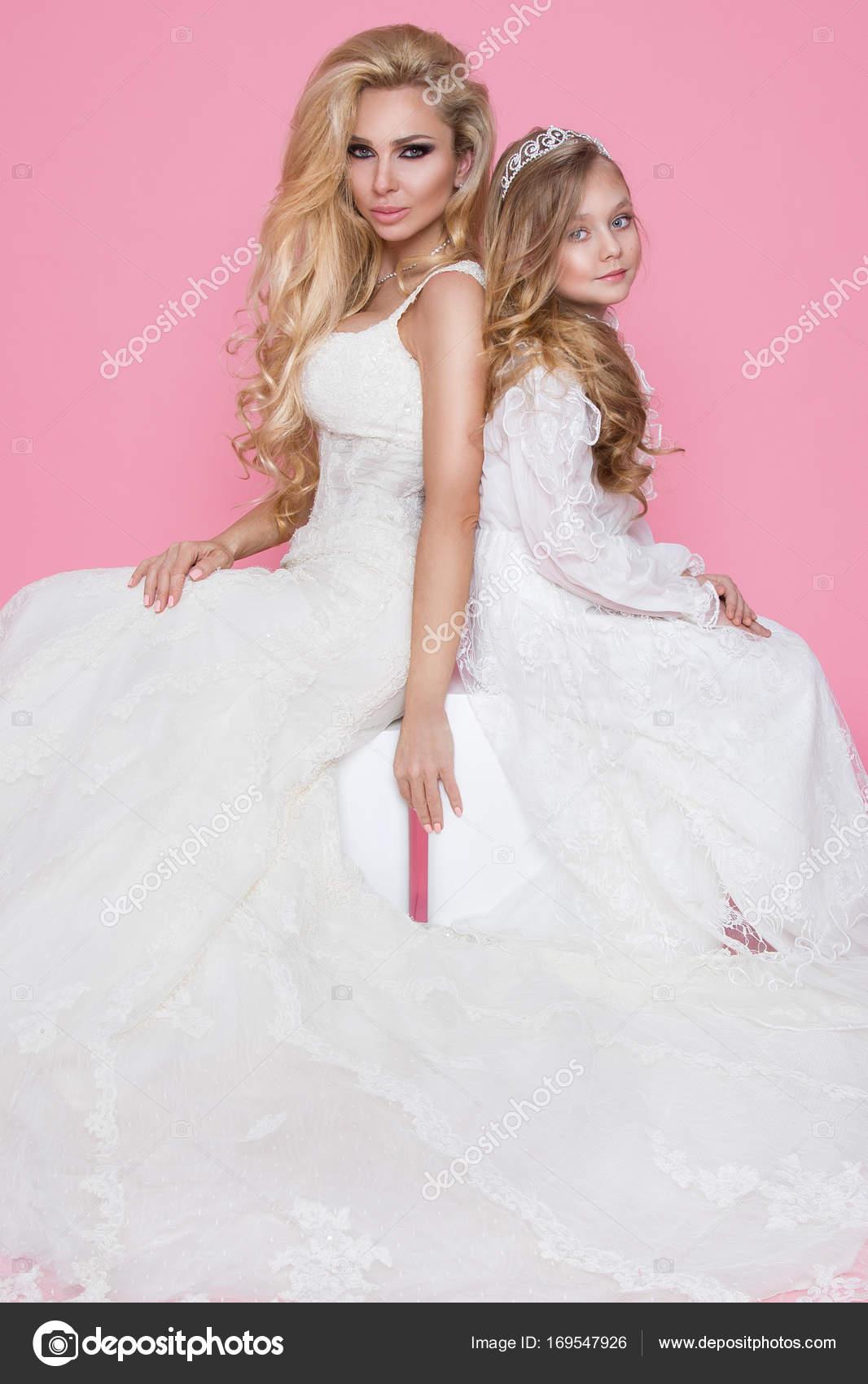 Schöne blonde weibliches Model, Mutter mit blonden Tochter in ...