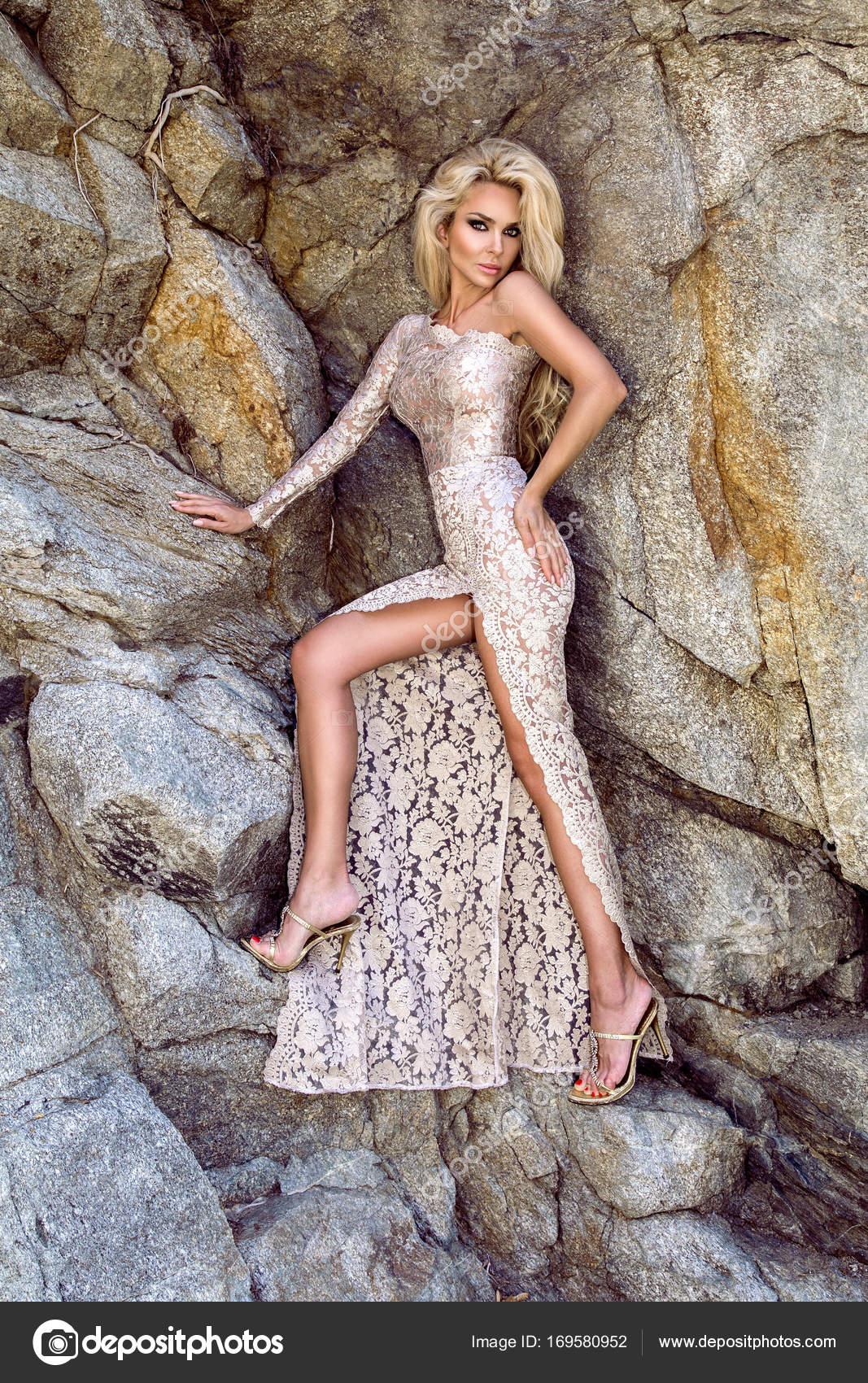 Sexy blonde Modell gekleidet in einem langen Abendkleid mit Spitze ...