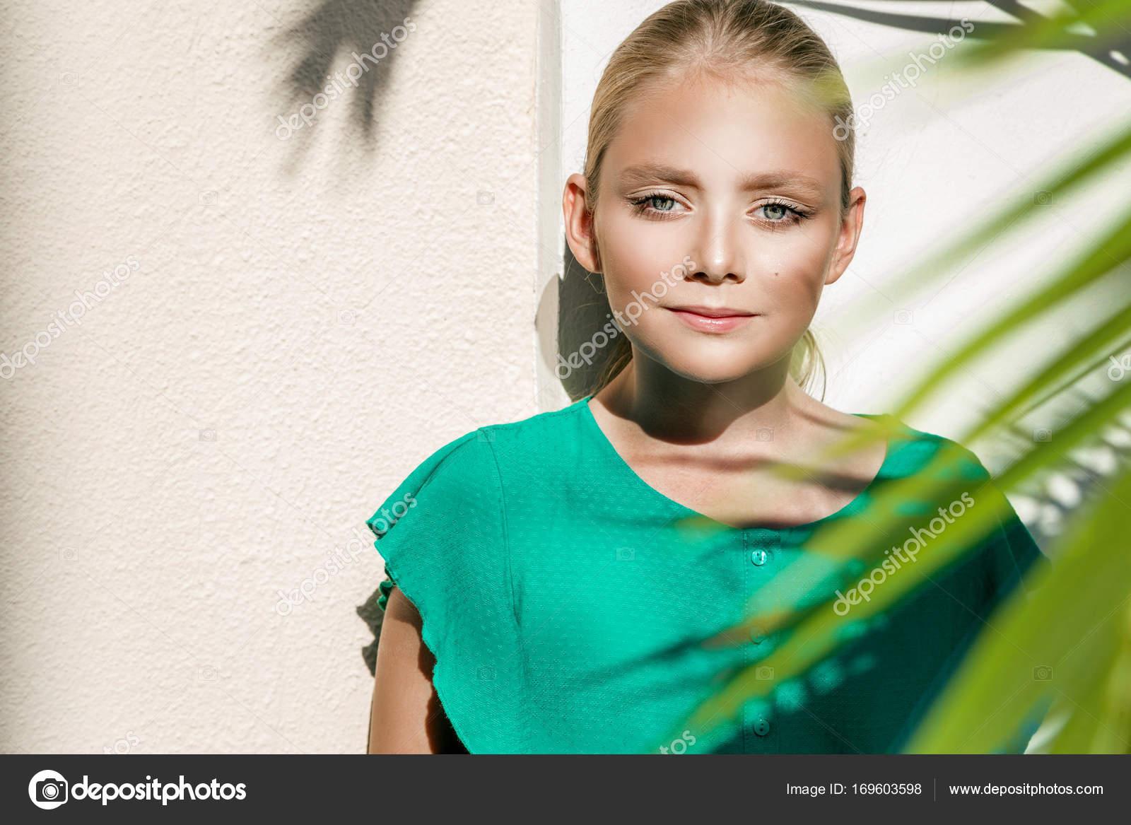 Schones Junges Madchen Die Kleinen Prinzessin Mit Blonden Haaren