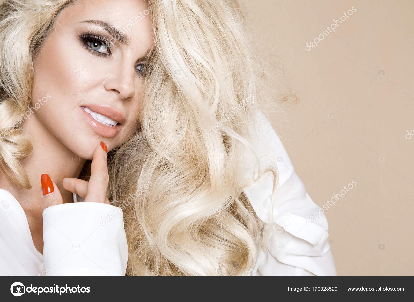 Ritratto di una donna bella 17613808e771