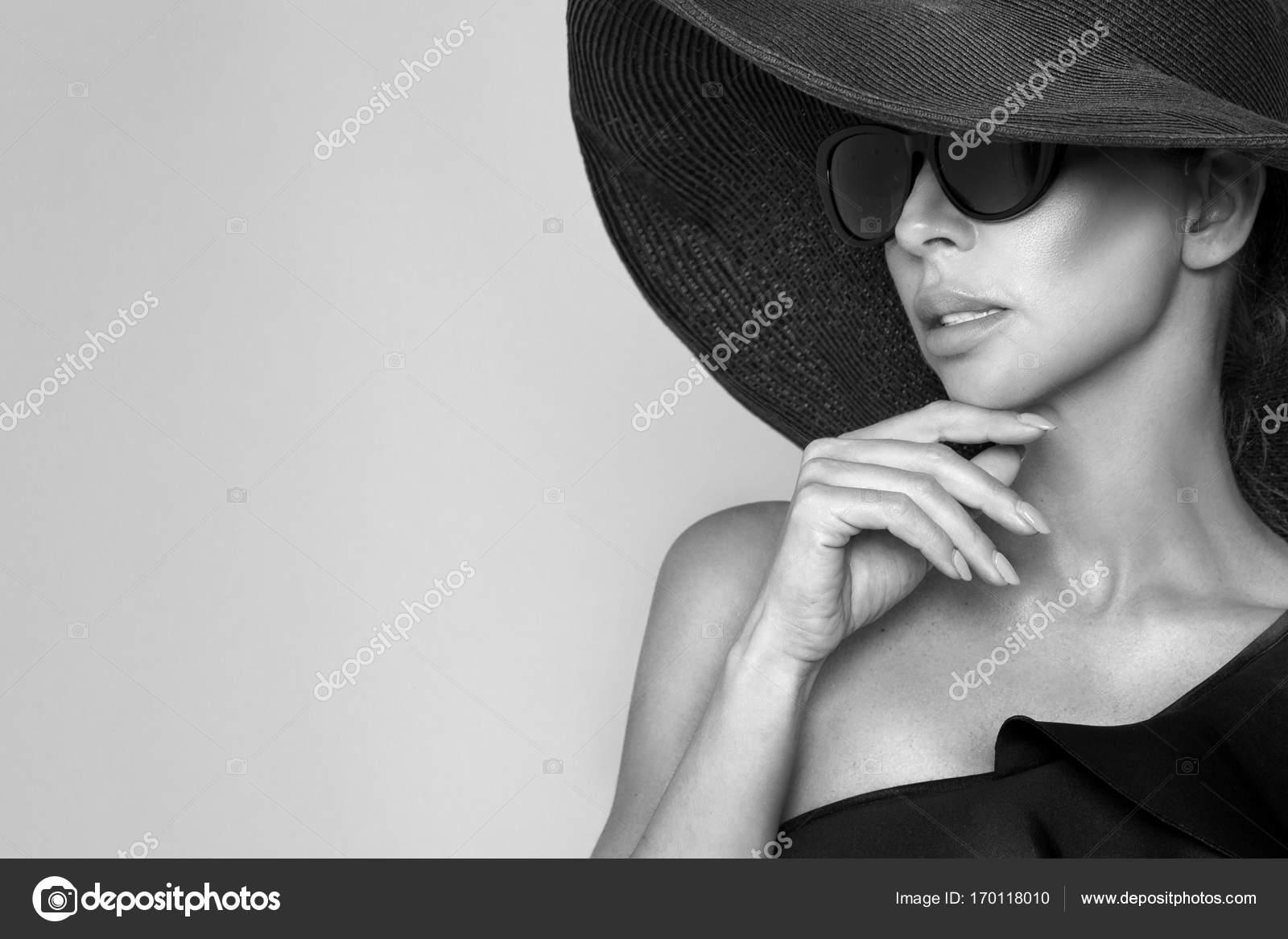 Portrait d une femme élégante dans un chapeau et des lunettes de soleil sur  fond beige — Image de marcink3333 6ed393af2c2b