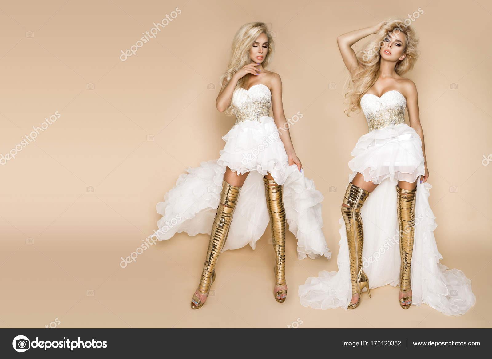 Schöne blonde Braut ein Hochzeitskleid und erstaunlich goldene ...