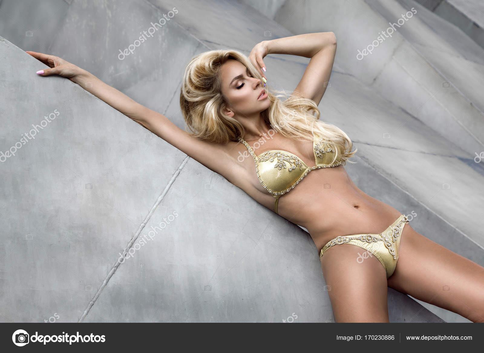Dans Un Modèle Sensuelle Élégant Bikini Mode Bel De La Doré Pose XqXIrwgCTn