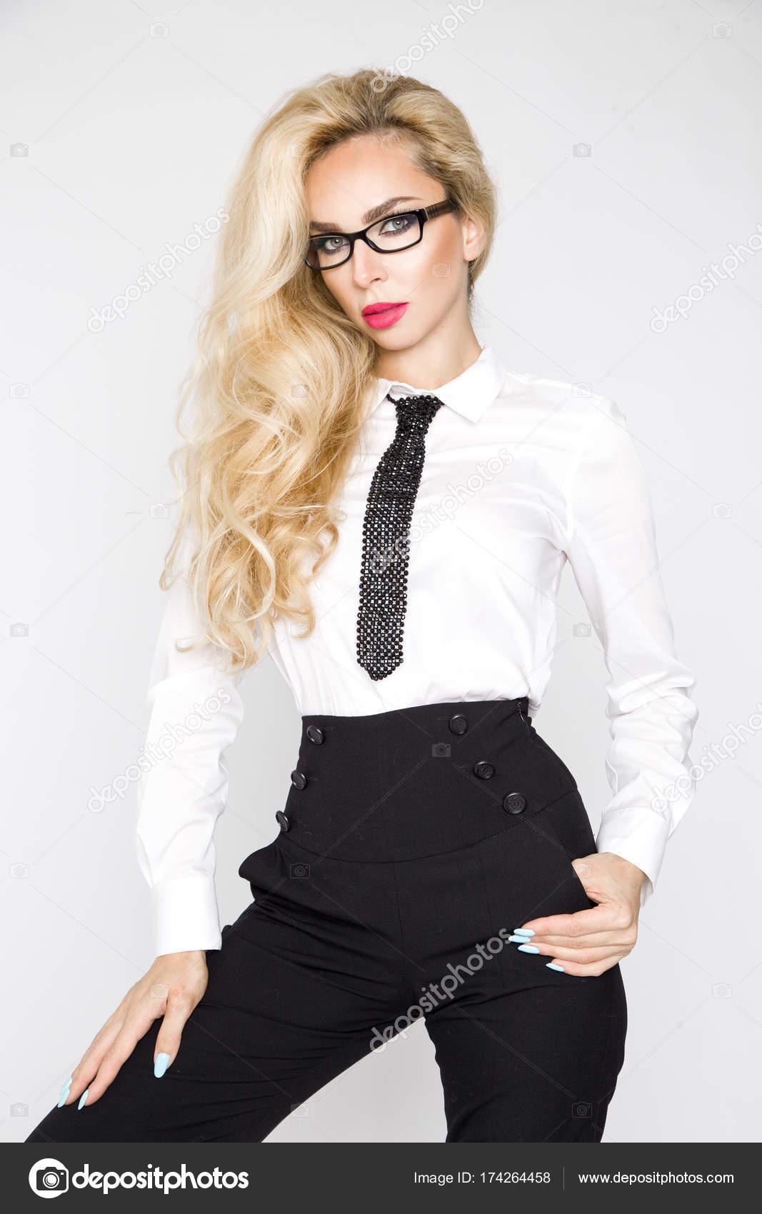 Femme En Cravate belle, élégante, sexy blonde modèle féminin habillé en chemise