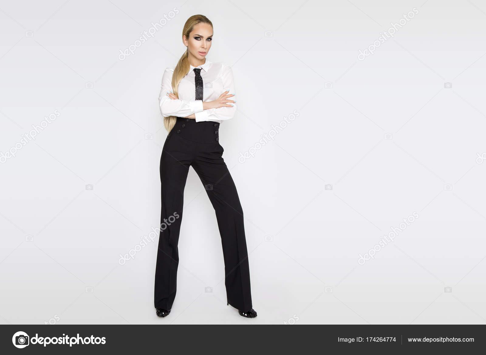c4ca1812fc11b Belle, élégante, sexy blonde modèle féminin habillé en chemise blanche et  cravate et pantalon noir. Femme sensuelle avec des lunettes — Image de  marcink3333