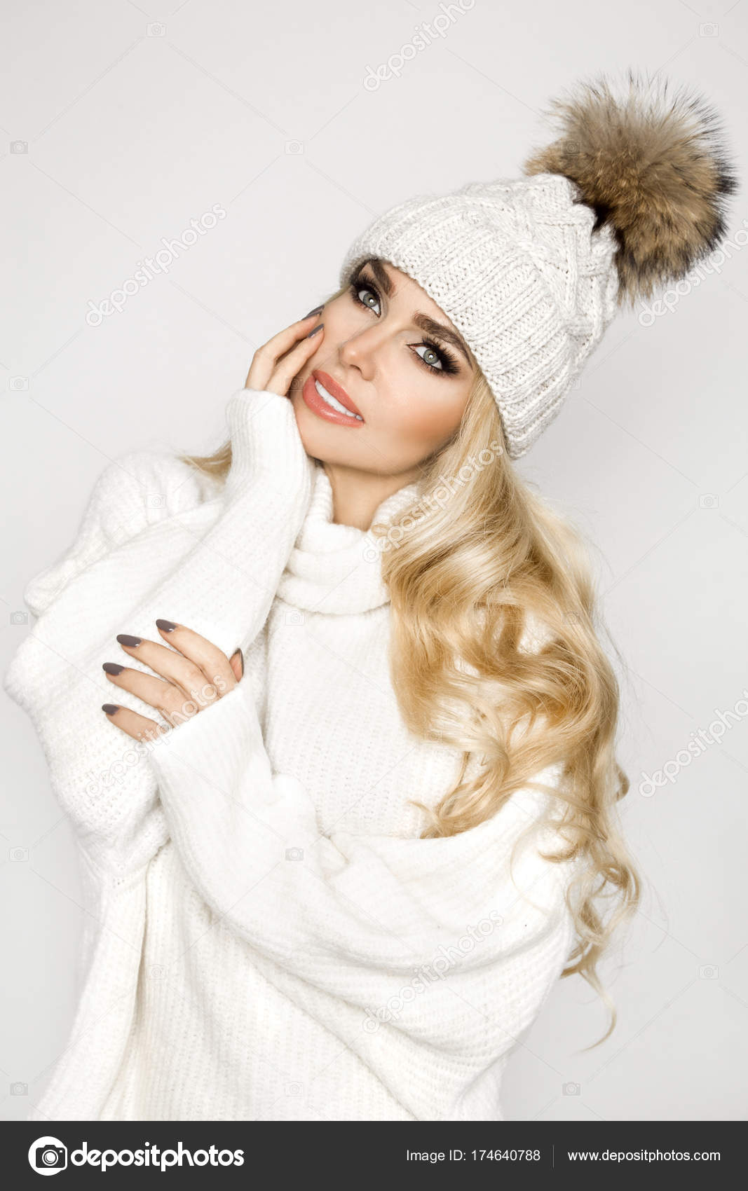 Retrato de hermosa mujer con rostro perfecto en invierno sweter ...