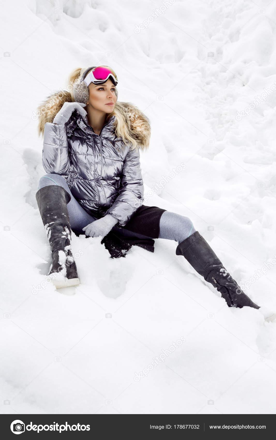 33a7a4cbb29a Bella giovane donna in inverno, sci abbigliamento donna su uno sfondo di  montagne. La donna è lo sci.– immagine stock