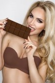 schön, sexy blond, sinnlich schokolade essen.