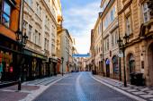 pohled na pražskou tradiční architekturu, procházky ulicemi města ve dne