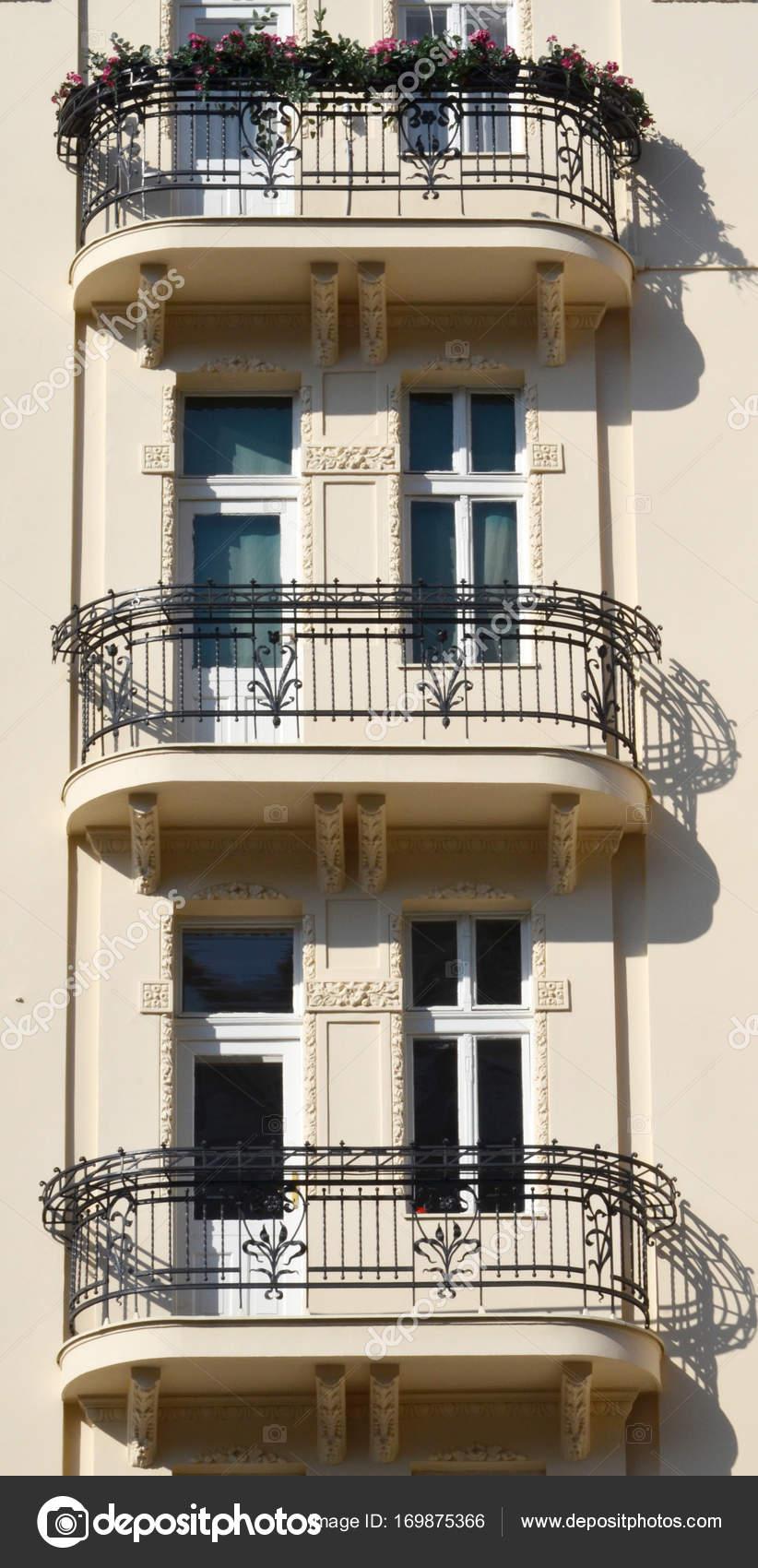 facciata con terrazzi con fiore sulla casa privata — Foto Stock ...