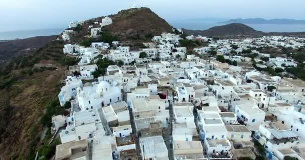 Let nad město Plaka s krásné bílé domy a kostely, Milos ostrov Cyclades, Řecko