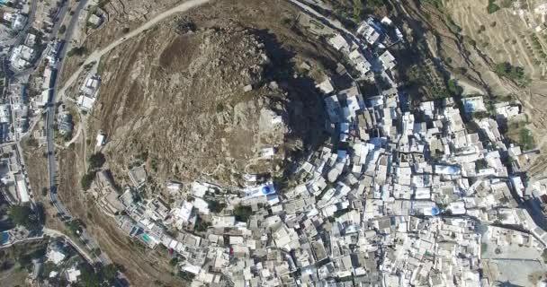 Přelet nad městem Ios s jeho krásné bílé domy a kostely