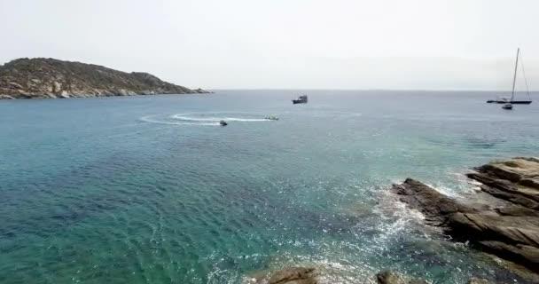 Turisté se baví na člun nafukovací vodní skútry