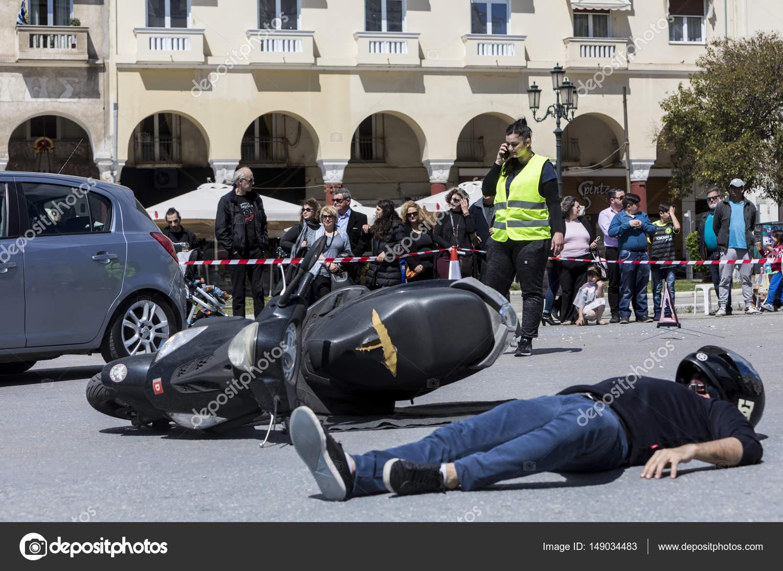 Erste Hilfe, Befreiung der Opfer in einem Autounfall ...