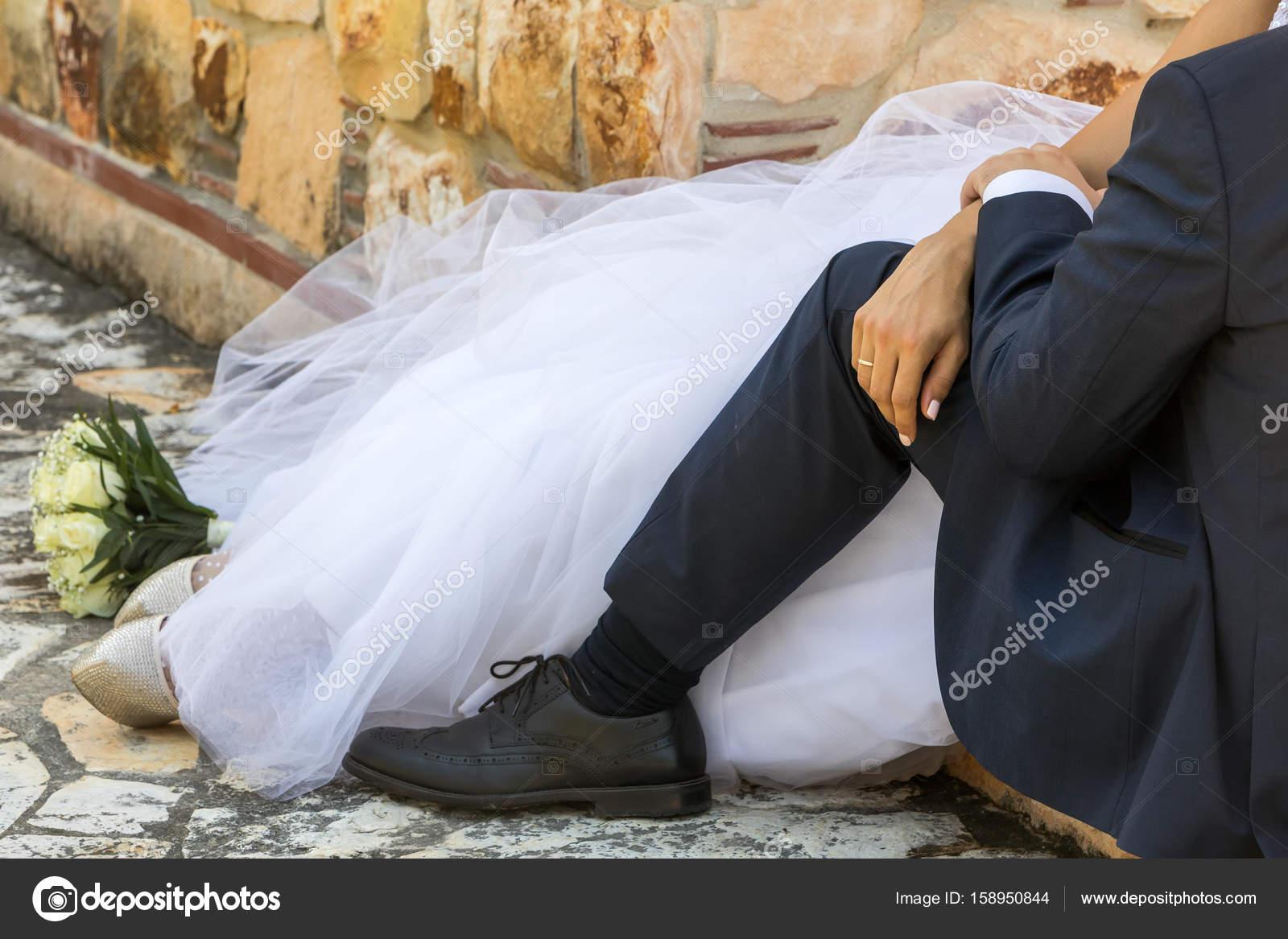 Füße von Braut und Bräutigam, Hochzeit Schuhe — Stockfoto © vverve ...