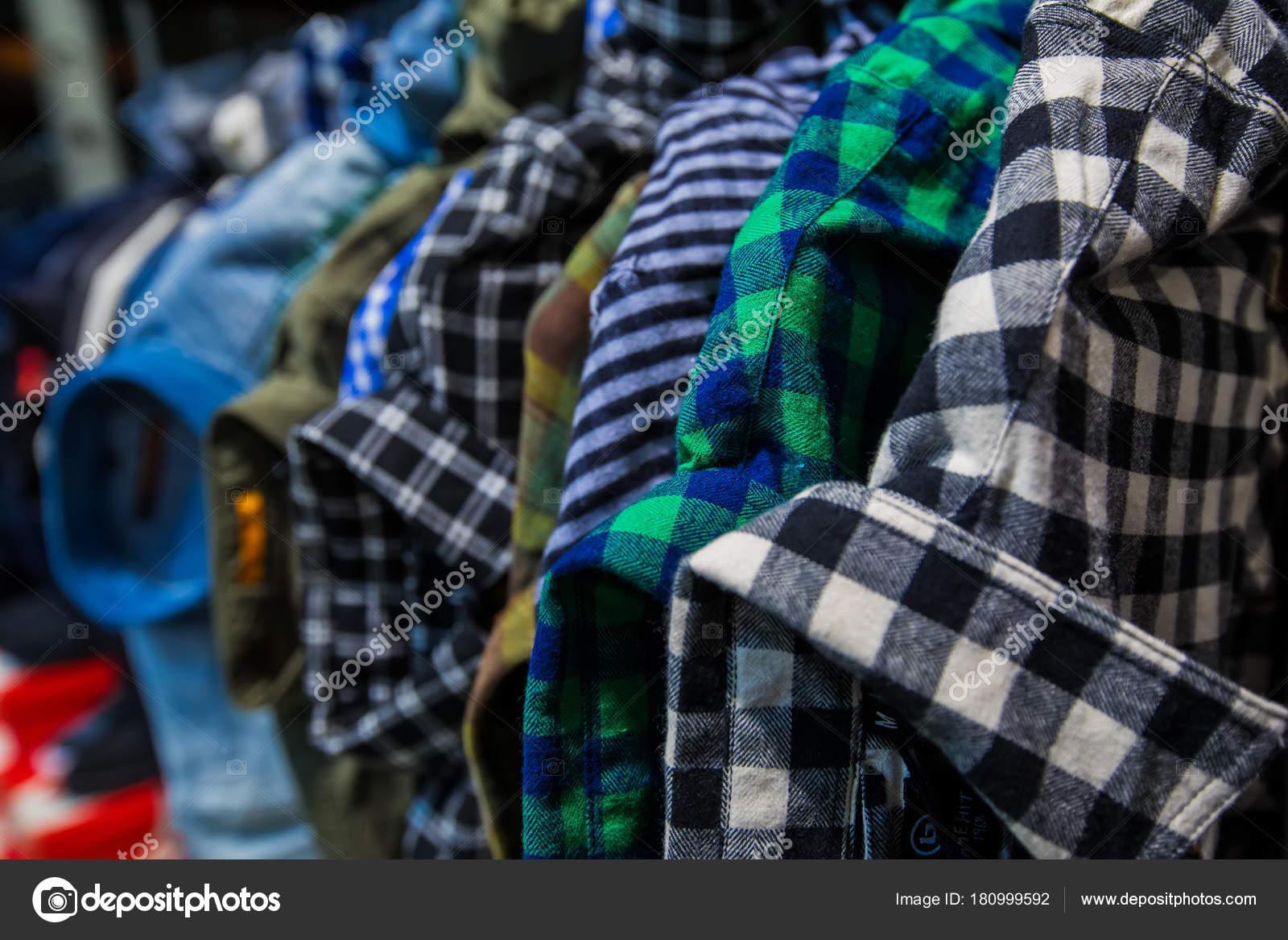 2753dd64a30 Θεσσαλονίκη, Ελλάδα - 19 Ιανουαρίου 2018: Ρούχα κατάστημα ράφι στο τμήμα  ένδυσης στο κέντρο της Θεσσαλονίκης λόγω χειμερινές εκπτώσεις — Εικόνα από  ...