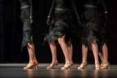 Beine des jungen Tänzern auf der Tanzfläche