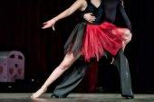 Beine junger Tänzer auf der Tanzfläche