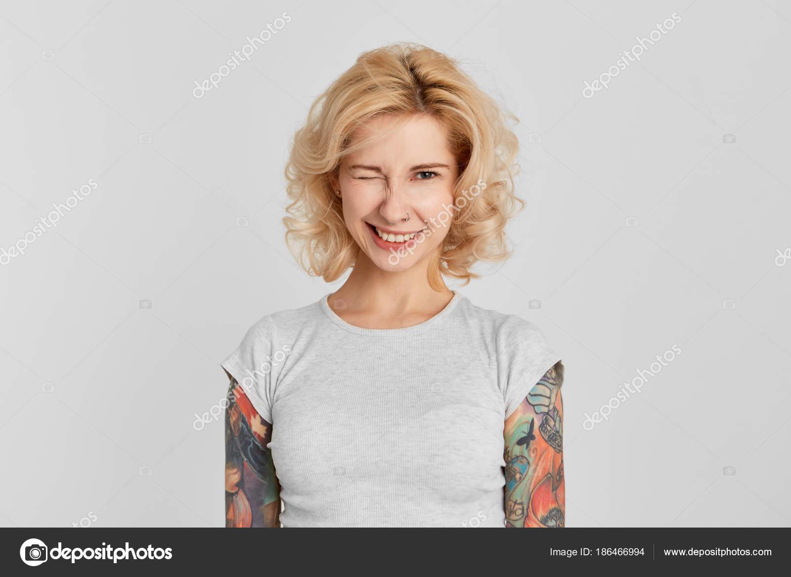 Portrait Jeune Fille Porte Shirt Blanc Avec Nez Pearced Tatouage