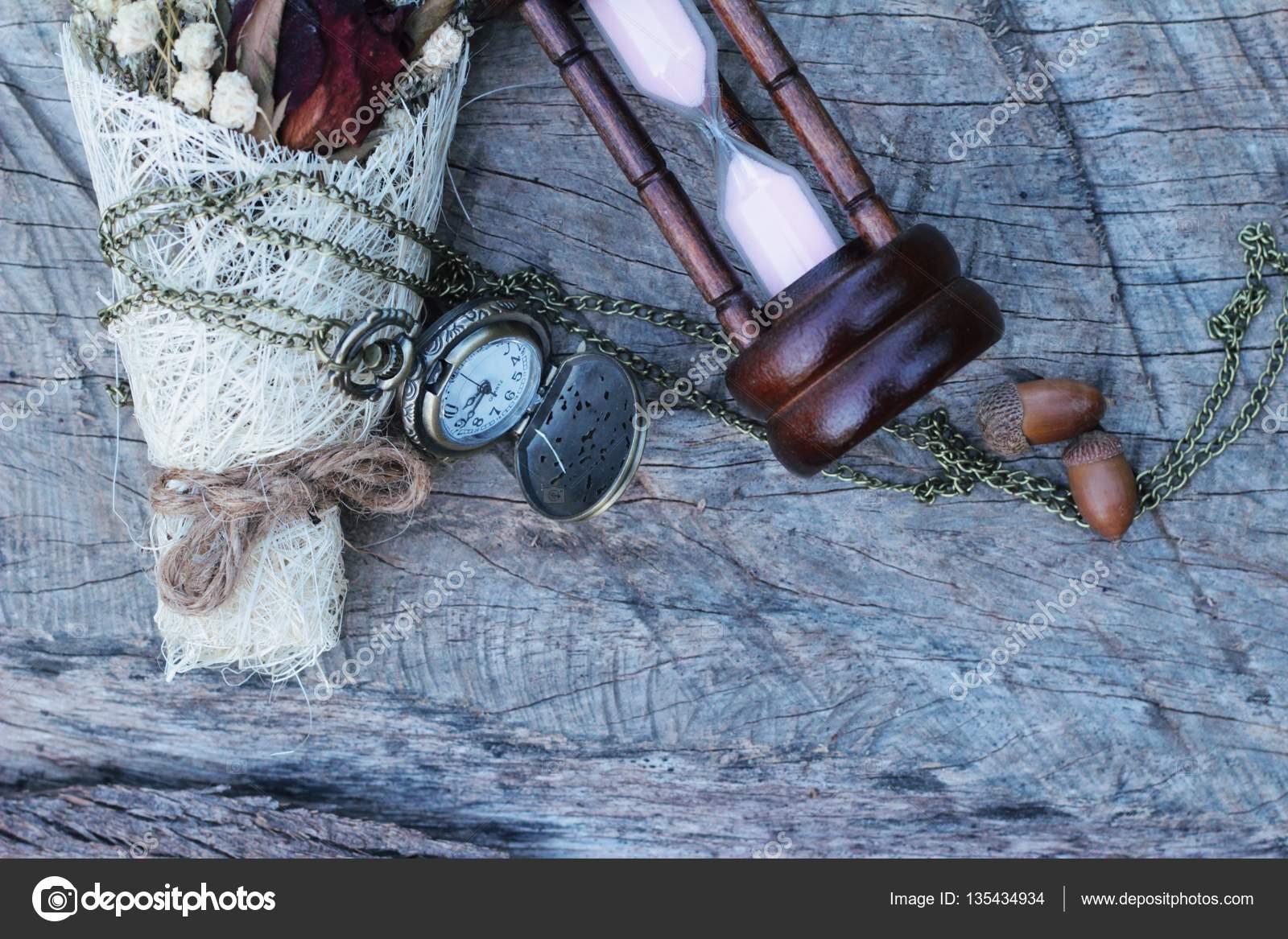 442bb742a Starožitné kapesní hodinky a přesýpací hodiny s sušených květin– stock  obrázky