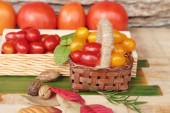 Červené a žluté rajčata organické na pozadí