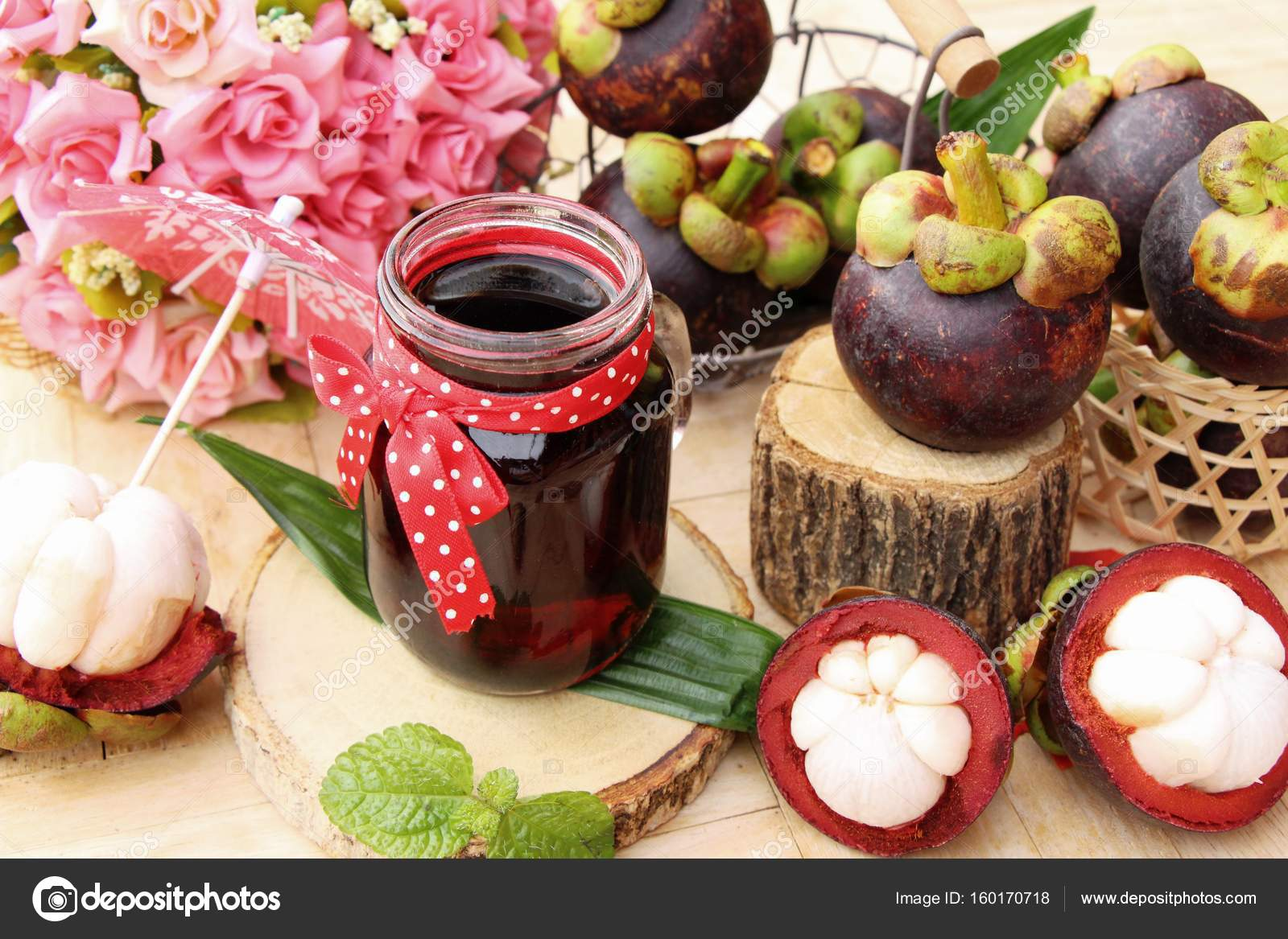 Mangosteen juice is delicious with fresh mangosteen — Stock