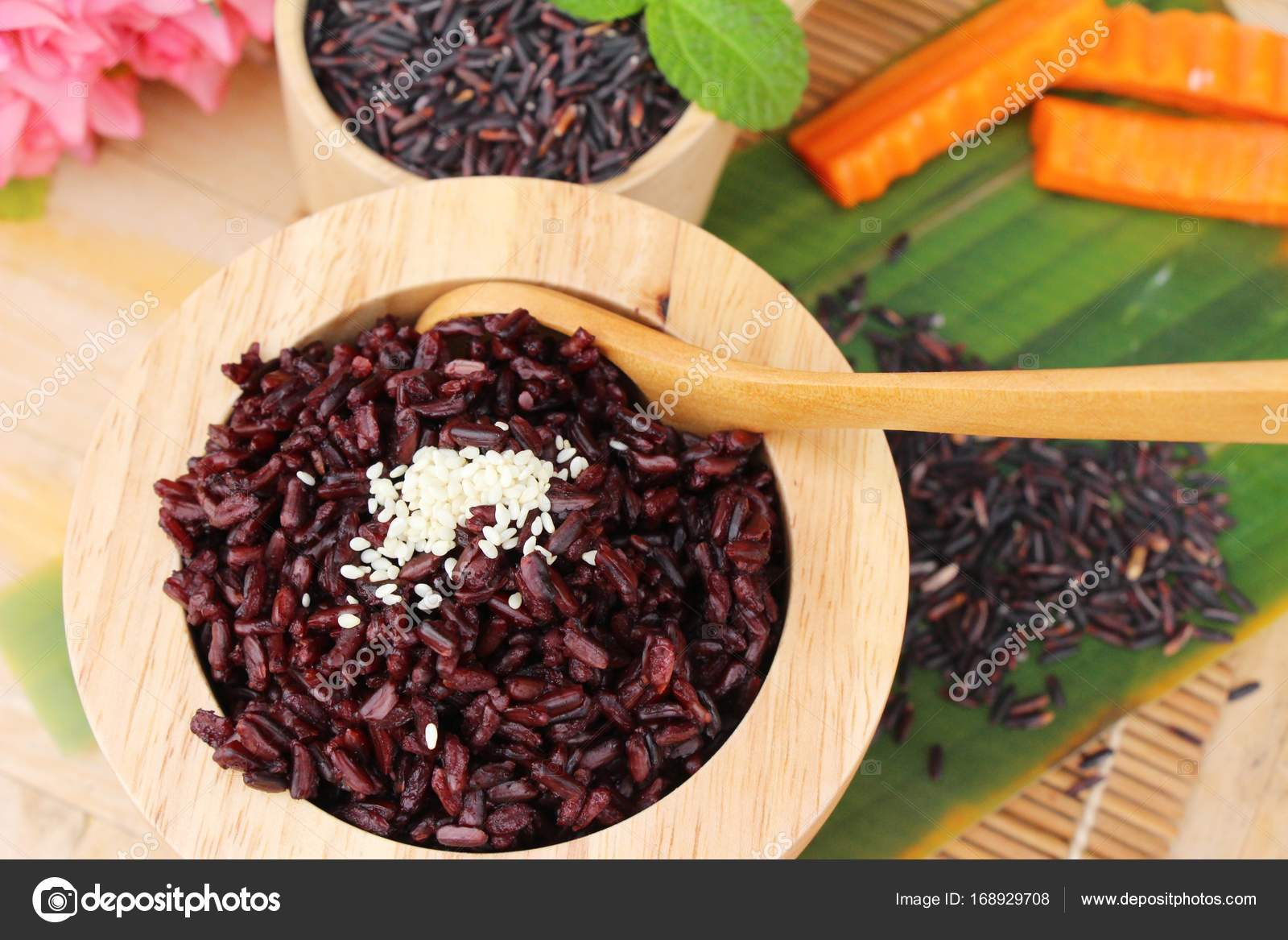 Cocinar Arroz Negro | Cocinar Arroz Negro Y Arroz Crudo Organico Riceberry Foto De Stock