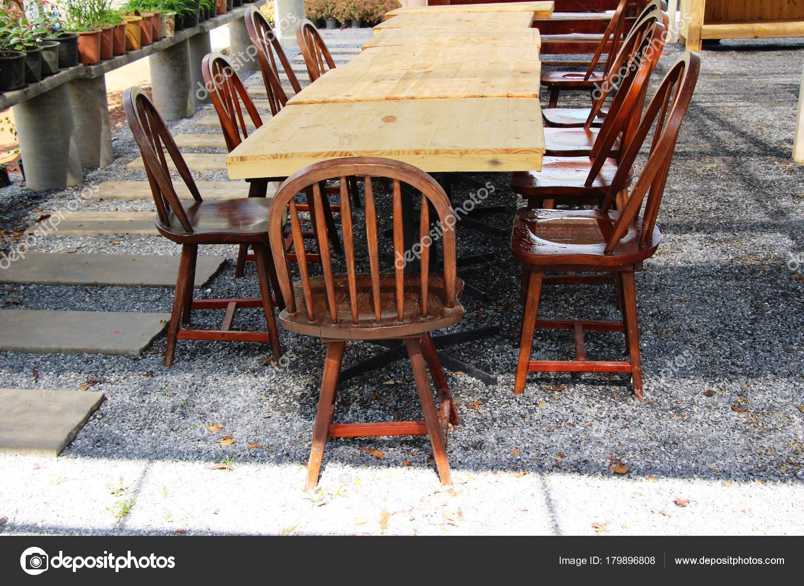 Houten Stoel Tuin : Houten stoelen in de tuin vintage stijl u2014 stockfoto © seagamess