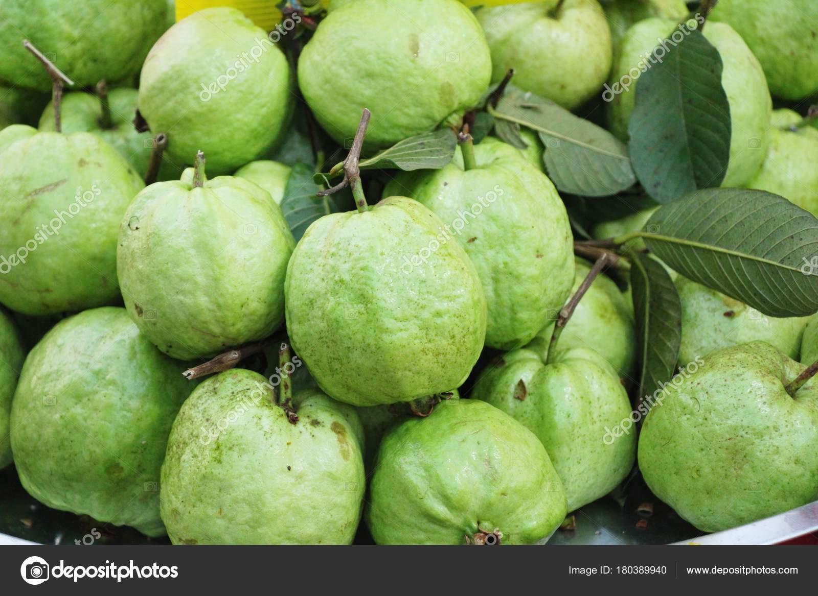 guave frucht ist sehr lecker auf dem markt stockfoto seagamess 180389940. Black Bedroom Furniture Sets. Home Design Ideas