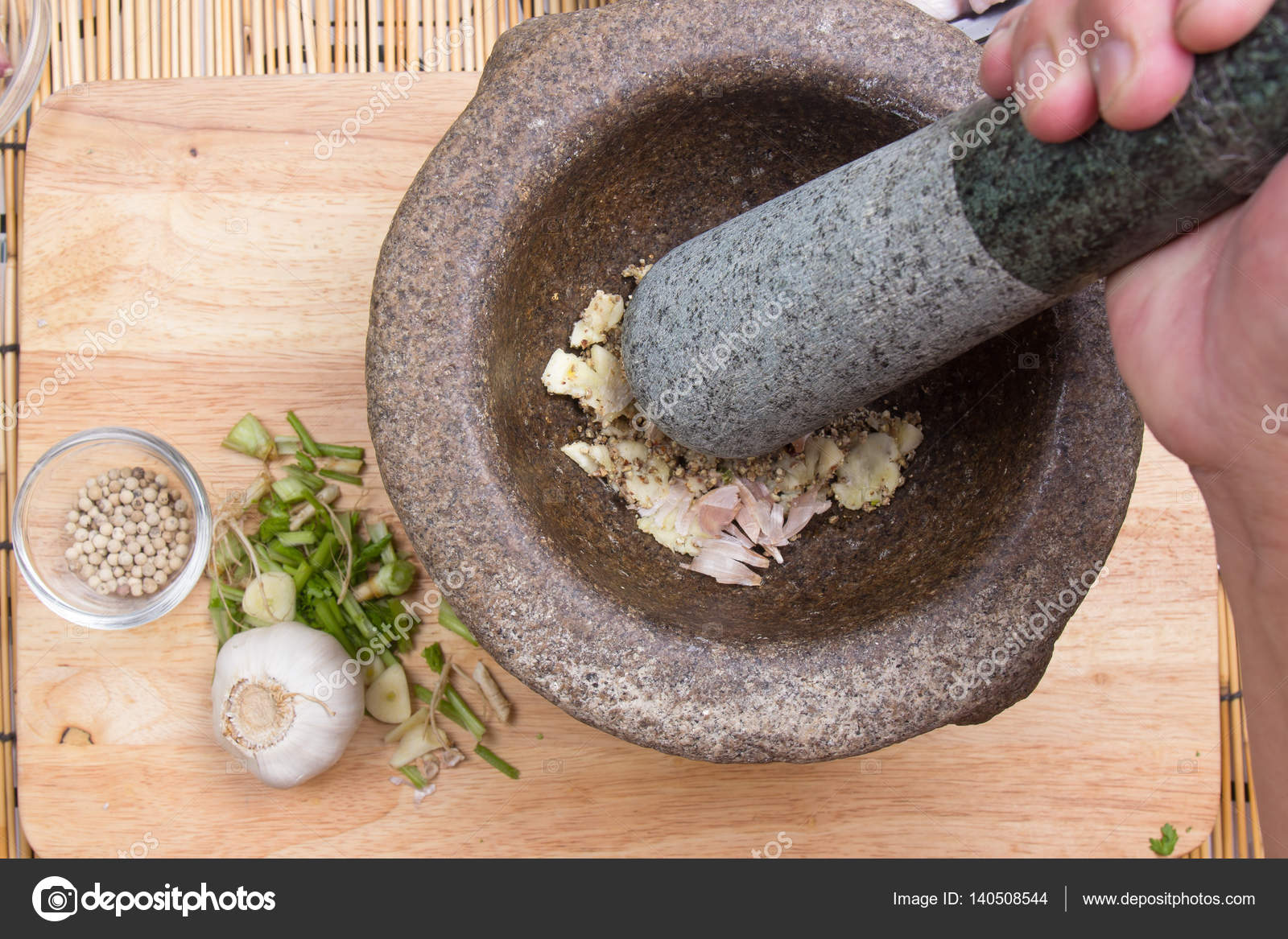 chef libras de pimienta y el ajo con maja en el mortero cocina frito pollo alas boceto u foto de