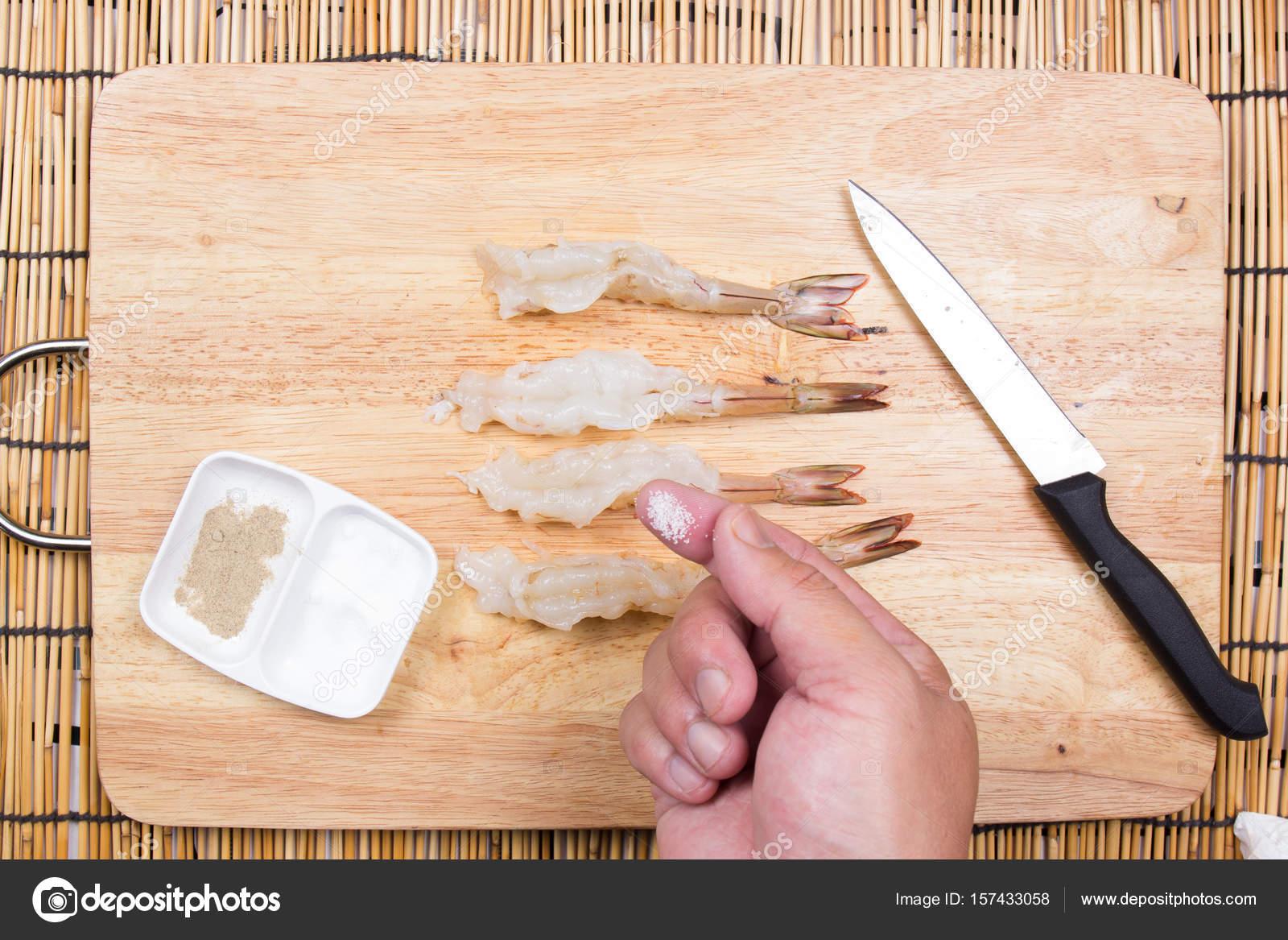 Chef di cucina gambero crudo con sale e pepe — Foto Stock ...