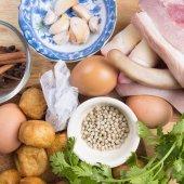 Fotografie Zutat geschmortes Schweinefleisch mit Kräutern und Ei