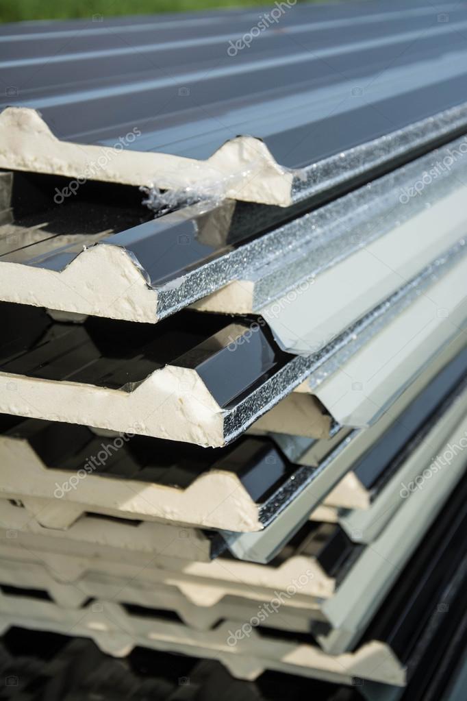 schwarzes blech dach mit isolierung unter blech befestigt stockfoto yaryhee 126247722. Black Bedroom Furniture Sets. Home Design Ideas