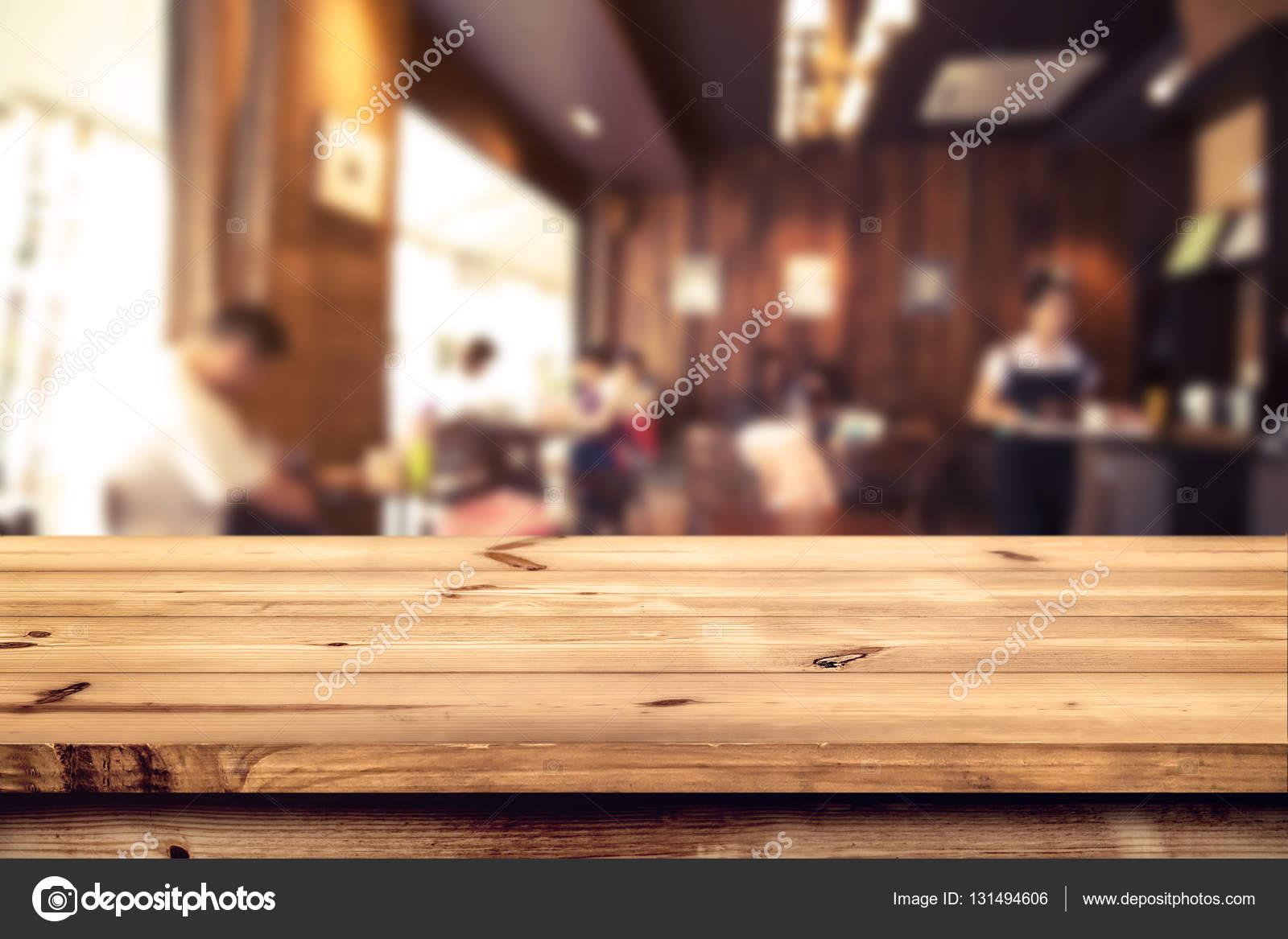mostrador mesa de madera con cafetería borrosa — Foto de stock ...