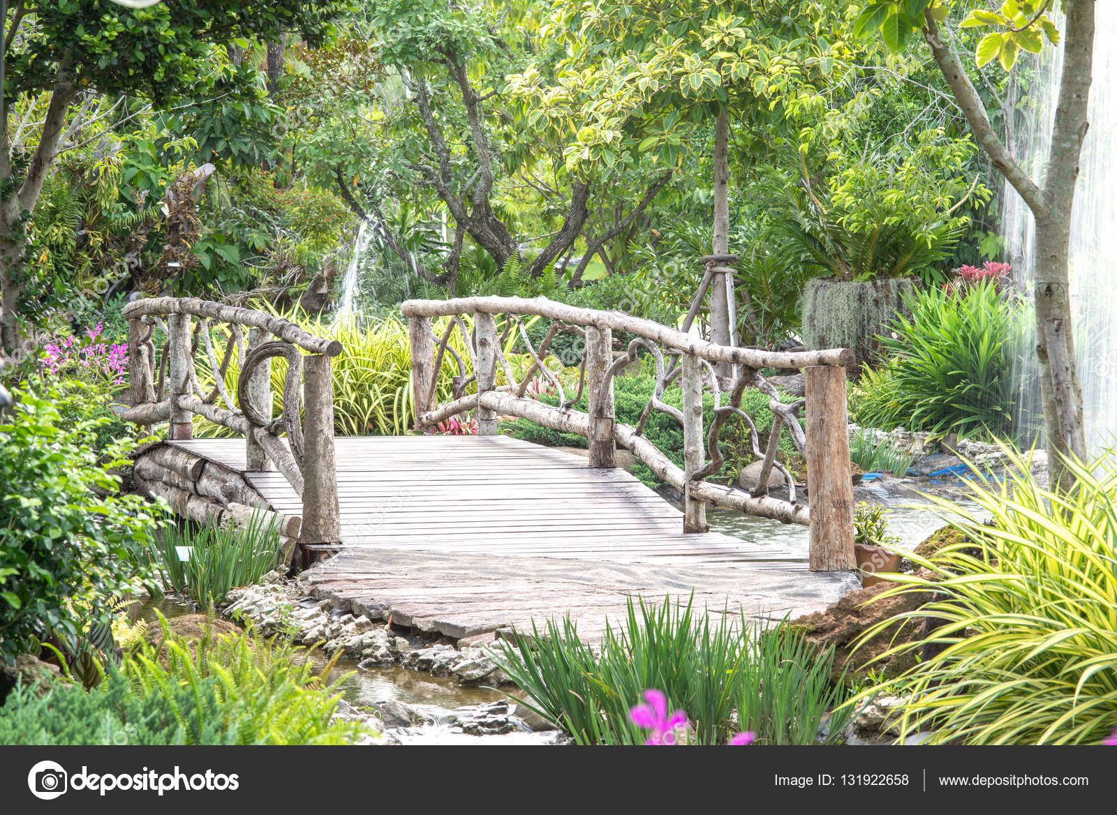 Holzbrücke Im Garten Der Natur Stockfoto Jakkapan 131922658