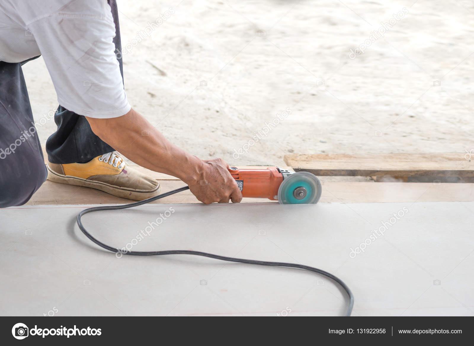arbeiter schneiden fliesen mit elektrischen säge — stockfoto